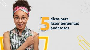 """Imagem de uma mulher sorridente apontando para a frase """"5 dicas para fazer perguntas poderosas"""" enquanto olha para tela."""