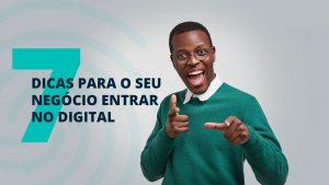 """Homem com expressão animada apontando em direção à tela e sorrindo, ao lado da frase """"7 dicas para o seu negócio entrar no digital"""""""