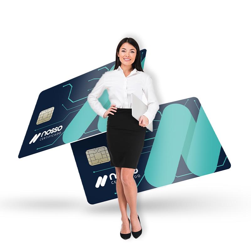 Mulher sorridente com a mão na cintura e segurando um notebook em baixo do braço. Atrás dela, a imagem de dois cartões da Nosso Certificado.