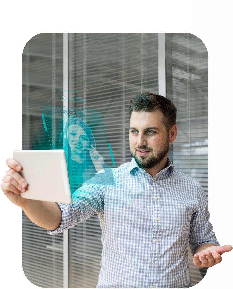 Homem conversando com alguém por vídeo chamada em seu tablet. Na tela do tablet, uma montagem um holograma de atendimento da Nosso Certificado.